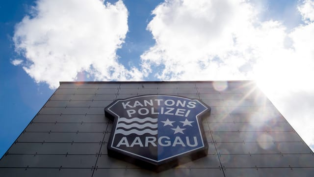 Logo Aargauer Kantonspolizei an einem Gebäude