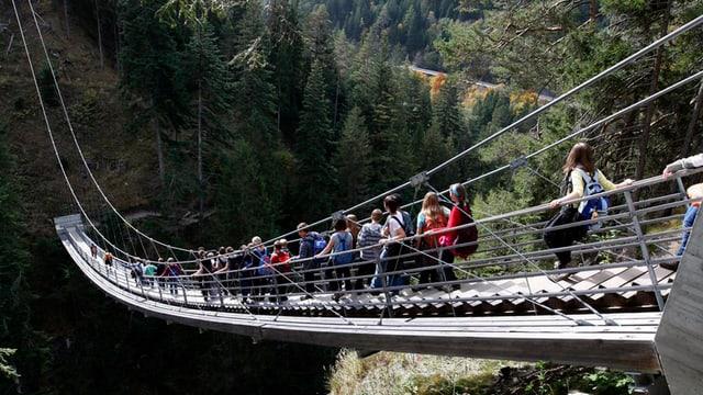 Kinder auf einer Hängebrücke.