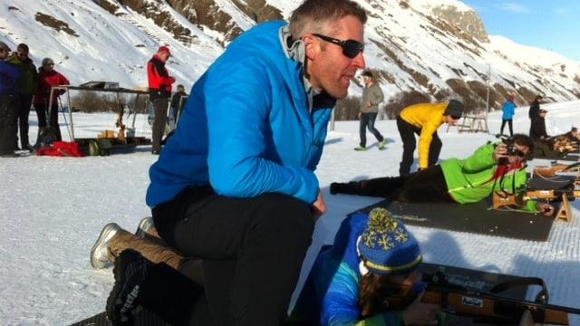 Matthias Simmen beobachtet eine Touristin bei ihren Schiessübungen