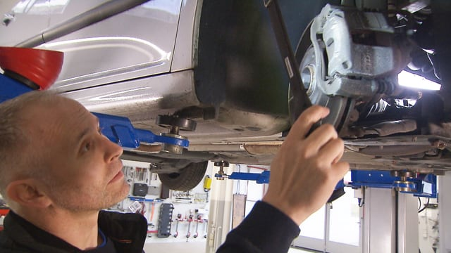 Mann kontrolliert Bremsen