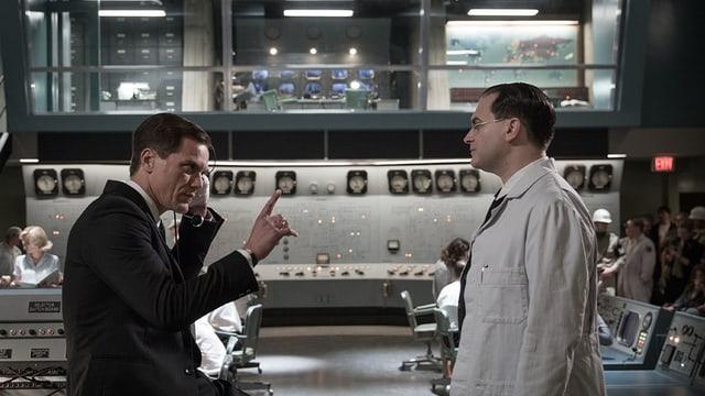 Zwei Männer in einem geheimen Labor