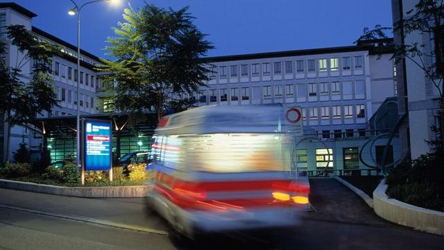Ambulanz fährt bei Nacht vor dem Universitätsspital vor