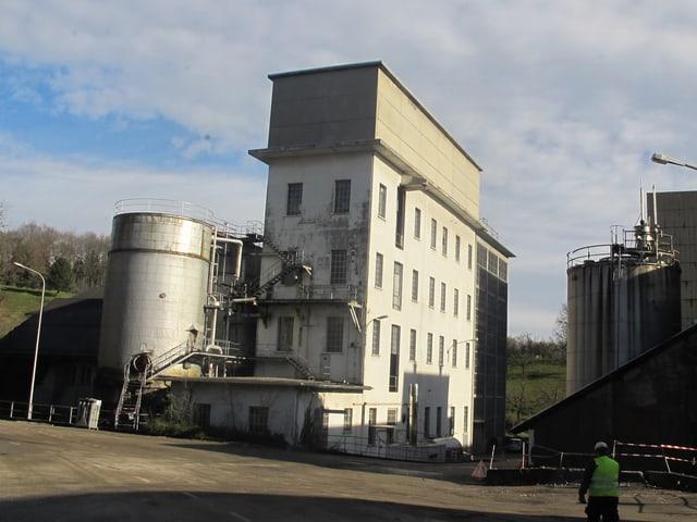 Blick auf ein altes Fabrikgebäude mit ersten Zerfallspuren.