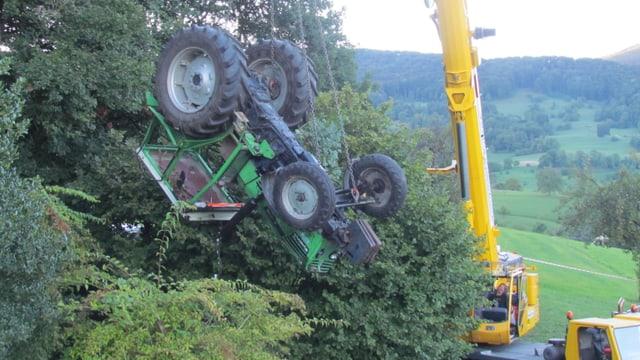 Traktor hängt an Kran