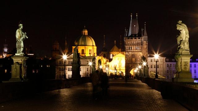 Die Karlsbrücke in Prag, aufgenommen während der Nacht.