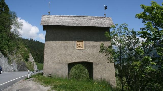 La porta da Porclas è in mir cun ina entrada a  la entschatta da la Lumnezia