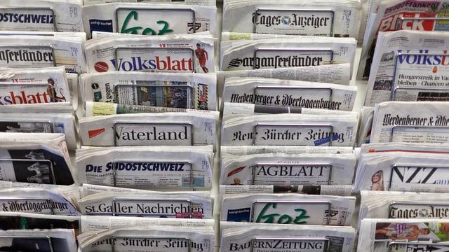 Zeitungsständer mit Schweizer Zeitungen