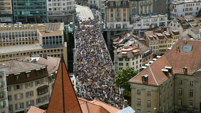 Demonstrationszug von weitem.