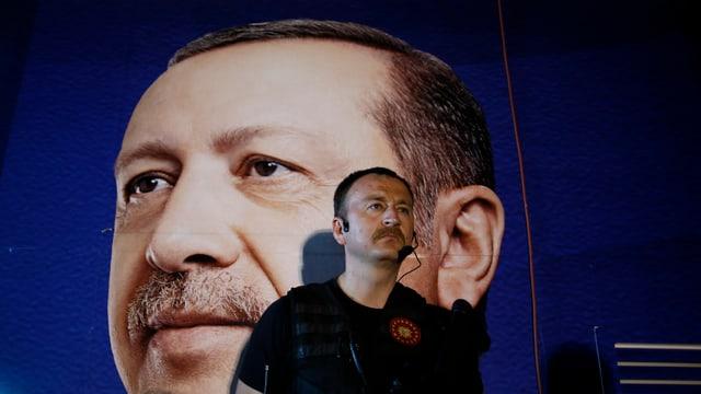 Sicherheitsbeamter vor einem Poster von Erdogan