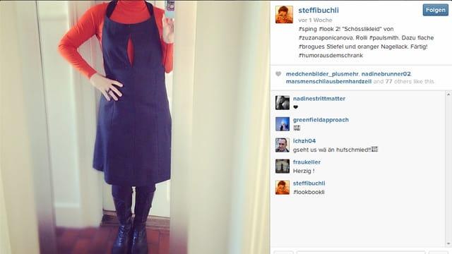 Steffi Buchli vor Spielgel mit blau-organgem Kleid