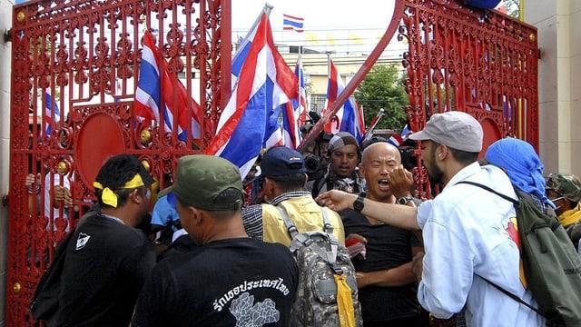Demonstranten dringen ins Militär-Gelände ein.
