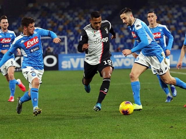 Juventus' Alex Alex Sandro kommt nicht an den Napoli-Spielern vorbei.