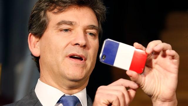 Arnaud Montebourg mit einem Smartphone in der Hand.