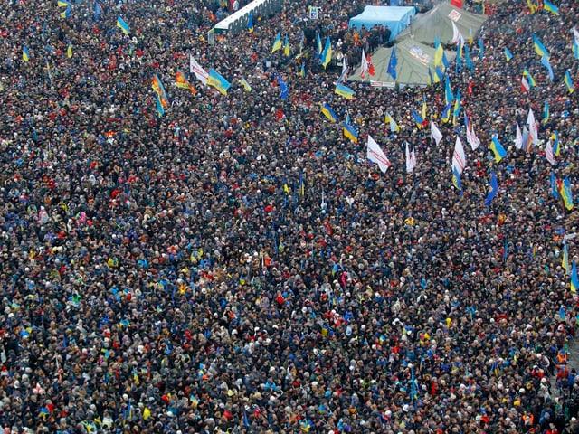 Tausende Menschen bevölkern den Unabhängigkeitsplatz in Kiew.