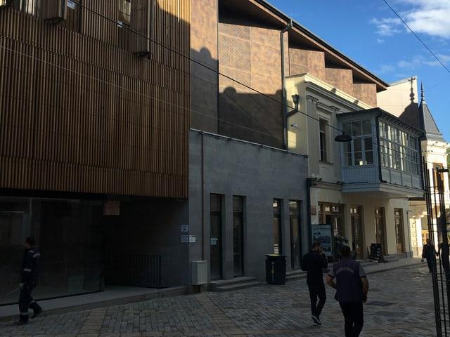 Neubau an einer Strasse in Tiflis.