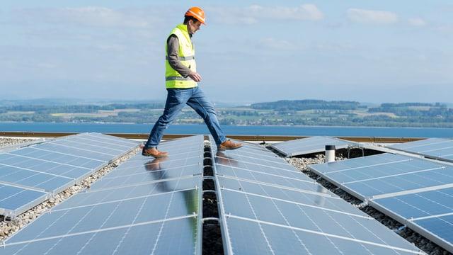 Mann schreitet über Solardach.
