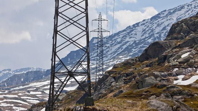 Eine Hochspannungsleitung über den Gotthard-Pass.