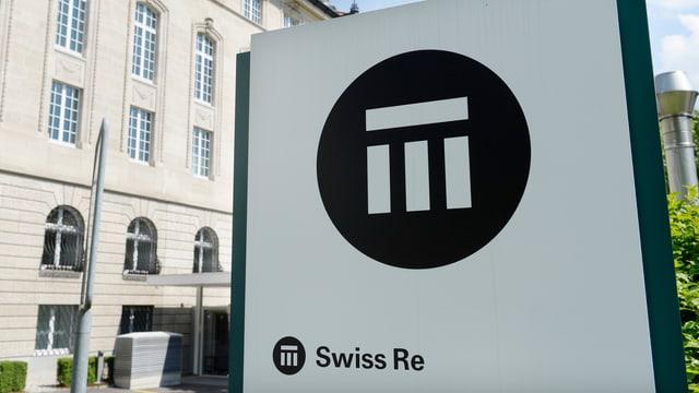 Logo vor einem Gebäude.