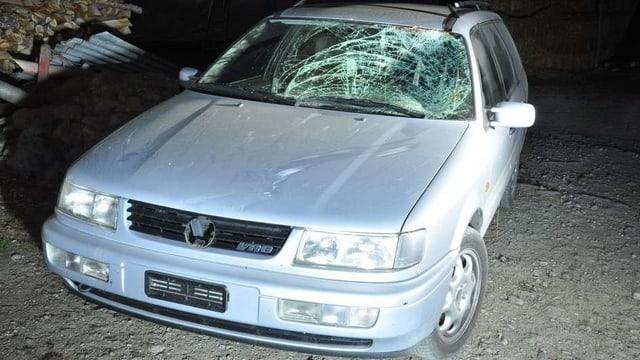Das Unfallauto nach dem Zusammenprall. Die Frotscheibe ist zerstört.
