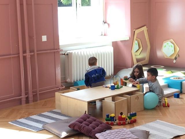 Kinder spielen in einem grossen Raum
