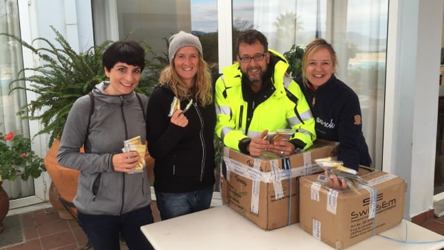 Gitti Lechner, Martina Van Middeelaar e Roberta Zingg gidan fugitivs sin l'insla Lesbos.