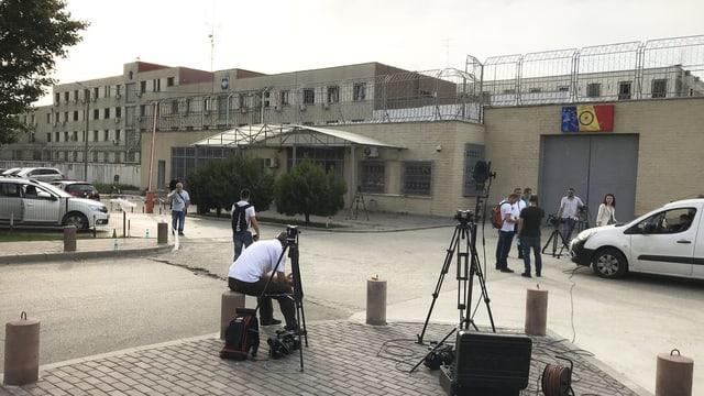 Journalisten vor Gefängnis.