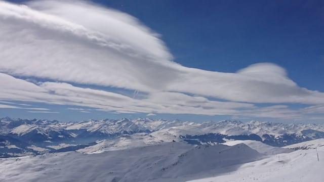 Verschiedene Föhnwolken über dem Bündner Oberland.