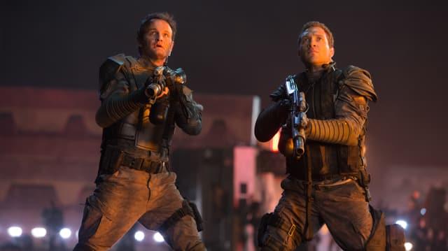 Zwei Männer mit Waffen