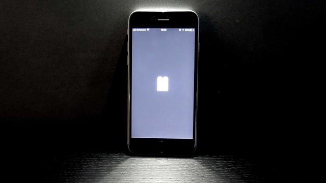 Ein Smartphone lehnt an der Wand.