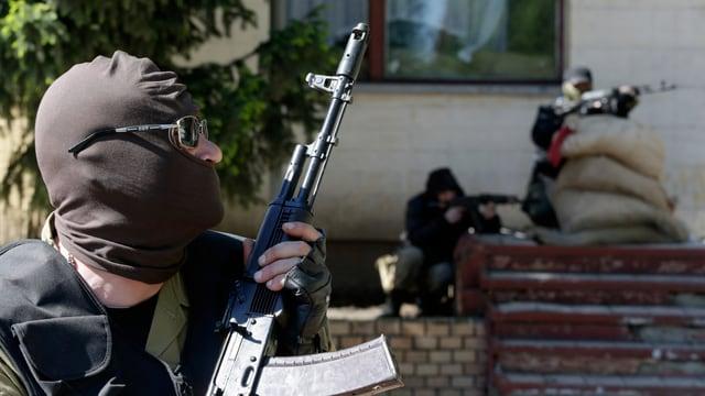 Bewaffnete und maskierte Männer