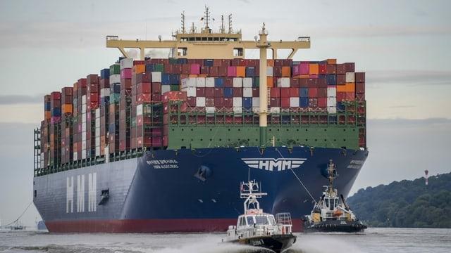 Das Containerschiff HMM Algeciras läuft am 7. Juni 2020 auf seiner Jungfernfahrt in den Hamburger Hafen ein.