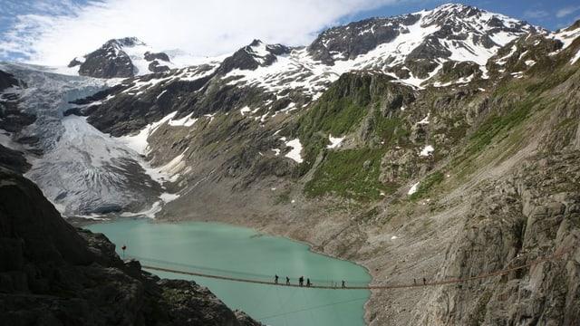 Trift-Gletscher, See mit Hängebrücke im Berner Oberländer Haslital