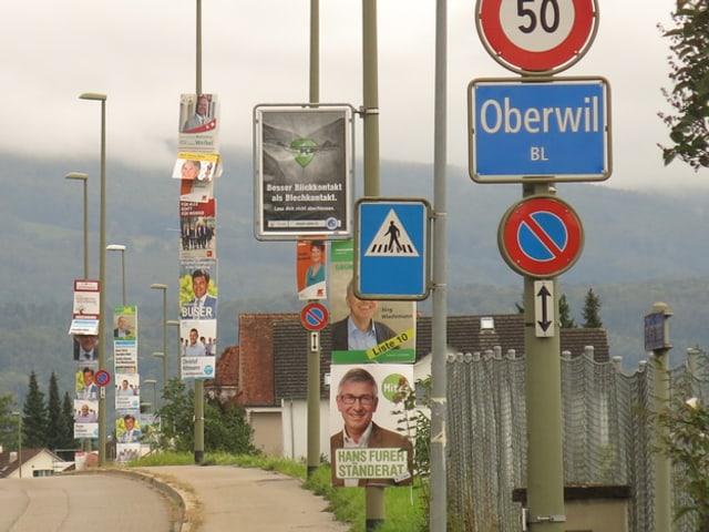 Plakatflut am Strassenrand