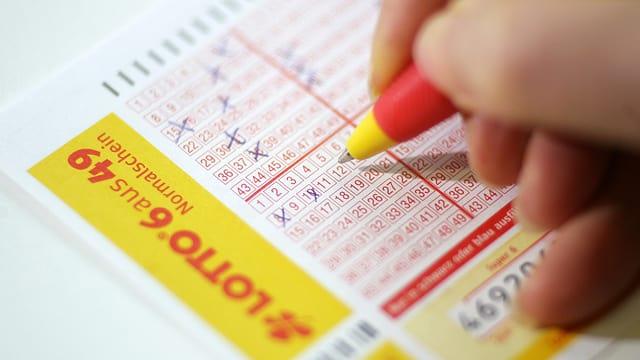 Persuna ch'empleina ora in cedel da Lotto.