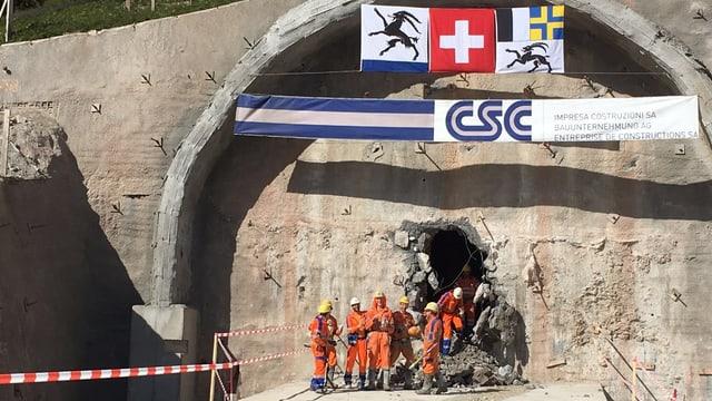 Ils prims miniers vegnan tras il tunnel da sviament.