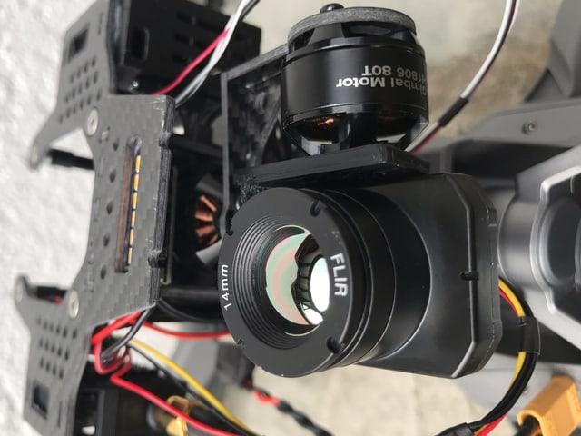 Kamera mit Drähten.