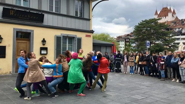 Tanzgruppe, Zuschauer und Schloss Thun im Hintergrund