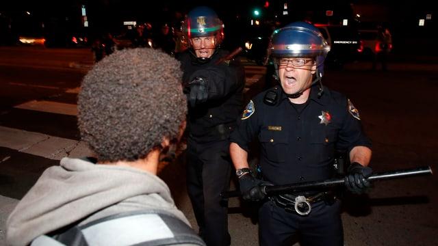 2 policists che sbragian si per in Afro-american.