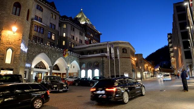 Autos avant il Palace a San Murezzan.