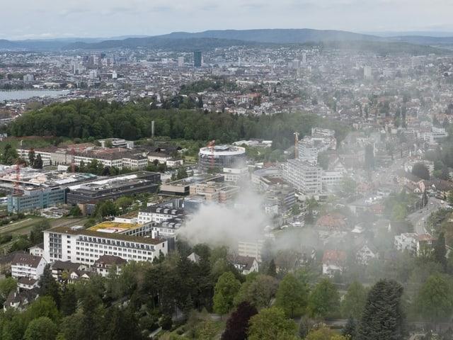 Brand aus der Ferne von oben mit Blick über Zürich.