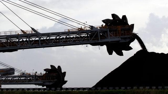 Eine Maschine bewegt Kohle in einer Mine in Australien.