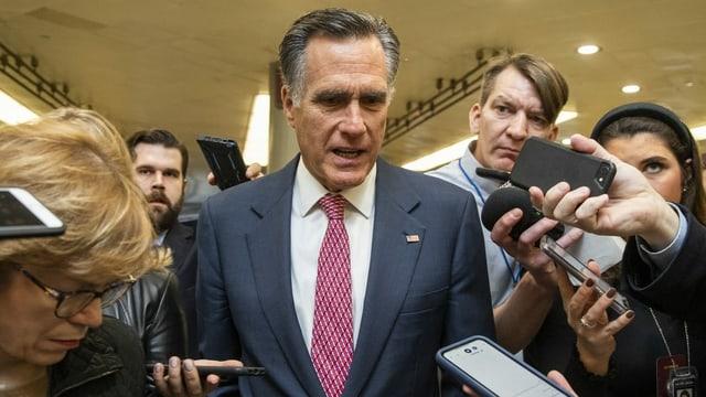 Mitt Romney umringt von Journalisten.