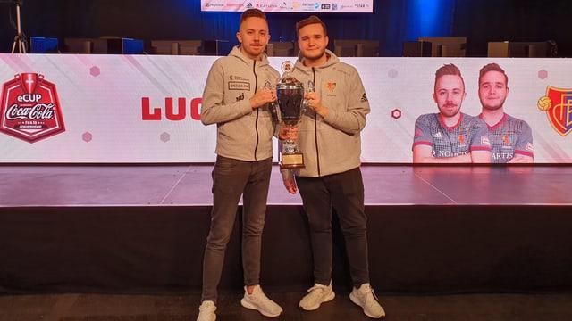Luca und Tim posieren mit dem Siegerpokal