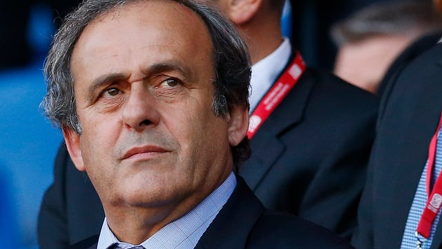 Platini mit ernster Mine.