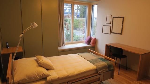Bett in einem Zimmer mit Blick in den Garten.