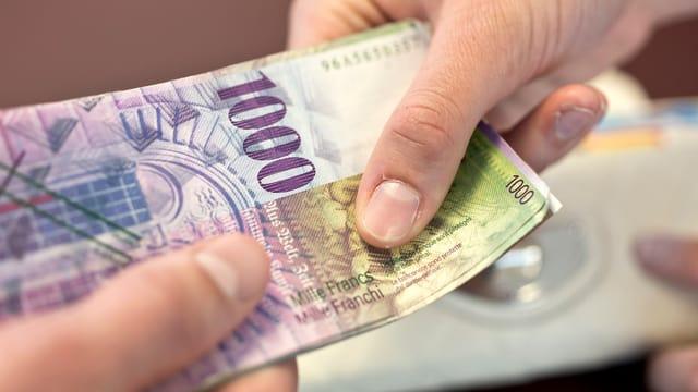 1000er-Note in zwei Händen