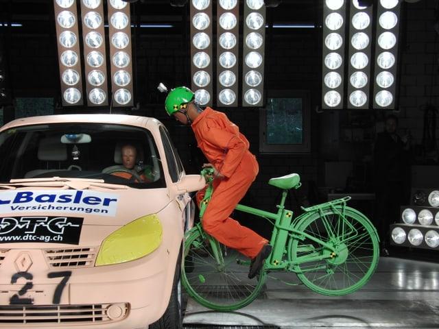 Zusammmenstoss eines Dummies mit einem Auto.