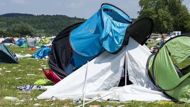 Liegengebliebene Zelte auf einem Festivalgelände