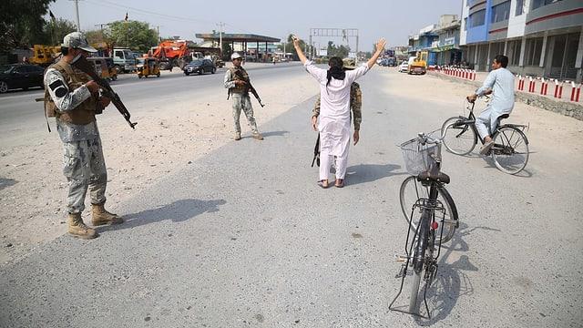 Strassenkontrollen gegen Anschläge: Die Drohungen der Taliban haben grosse Wirkung.