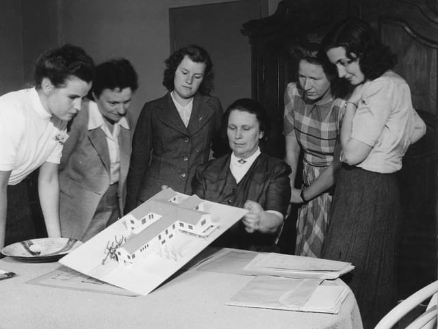 Die Zürcher Architektin Lux Guyer umgeben von Schülerinnen